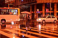 RIO DE JANEIRO, RJ, 17.09.2013 - CLIMA TEMPO/RJ - Movimentação no centro do Rio de Janeiro, na noite desta terça (17) com tempo chuvoso após entrada de uma frente fria (Foto: Marcelo Fonseca / Brazil Photo Press).