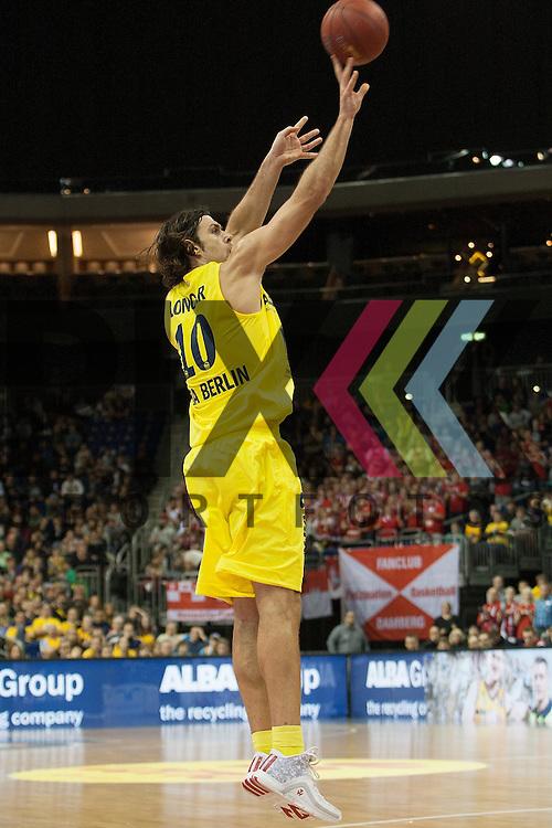 am Ball Berlins Kresimir Loncar <br /> <br /> 12.12.15 BEKO BBL Basketball Bundesliga, ALBA Berlin - Brose Baskets Bamberg <br /> <br /> Foto &copy; PIX-Sportfotos *** Foto ist honorarpflichtig! *** Auf Anfrage in hoeherer Qualitaet/Aufloesung. Belegexemplar erbeten. Veroeffentlichung ausschliesslich fuer journalistisch-publizistische Zwecke. For editorial use only.