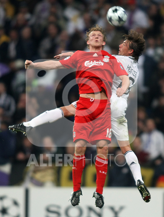 Liverpool's Dirk Kuyt (l) and Real Madrid's Gabriel Heinze (r) during the UEFA Champions League match. February 25 2009. (ALTERPHOTOS/Acero).