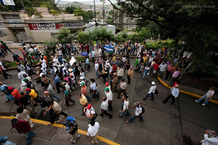 1 july 2009 - Tegucigalpa, Honduras - Thousands of supporters of ousted President Manuel Zelaya during a protest in downtown in Tegucigalpa, capital of Honduras. Zelaya has been forced into exile after being arrested by a group of soldiers in an apparent military coup..Photo credit: Benedicte Desrus