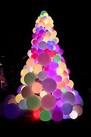 NOVA YORK, EUA, 22.12.2018 - NATAL-EUA - Árvore de Natal com bolas iluminadas e vista na Ilha de Manhattan em Nova York nos Estados Unidos neste sábado, 22. (Foto: William Volcov/Brazil Photo Press)