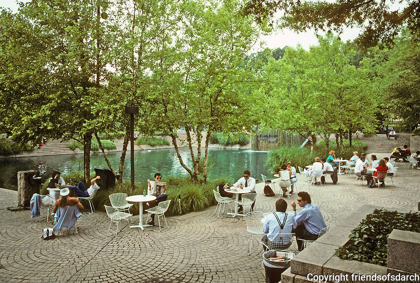 Washington D.C. : Pershing Park, Pennsylvania Ave. between 14th & 15th, next to Venturi's Western Plaza. Photo '91.