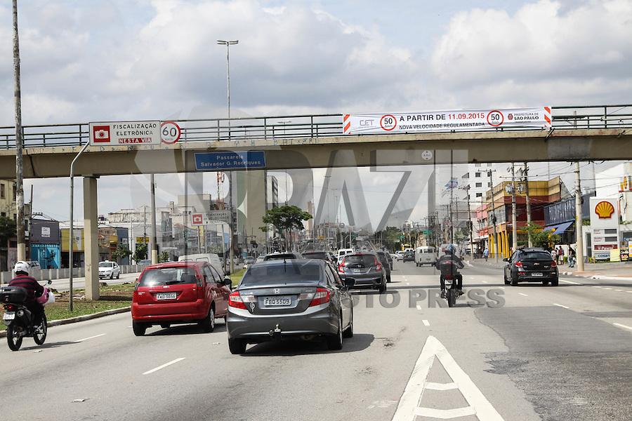 SÃO PAULO, SP, 10.09.2015 – TRÂNSITO-SP - Faixas são vistas indicando que partir de amanhã será reduzida a velocidade de 60km/h para 50km/h, na Rua Melo Freire (Radial Leste) região leste de São Paulo nesta quinta-feira 10. (Foto: Marcos Moraes / Brazil Photo Press)
