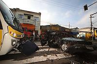 SAO PAULO, SP, 04/05/2012, ACIDENTE AV. GABRIELA MISTRAL.  Na madrugada de hoje (4) por volta das 5hs um micro onibus colidiu com um automovel na Av. Gabriela Mistral apos o veiculo invadir a contra mao. Cinco pessoas estavam no veiculo, duas delas incluindo o motorista fugiram do local, mas foram localizadas pela policia. Tres feridos graves no veiculo e dois passageiros do onibus tambem tiveram que ser socorridos. Segundo informacoes o motorista nao tinha habilitacao. Luiz Guarnieri/ Brazil Photo Press
