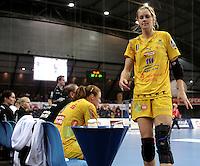 Handball 1. Bundesliga Frauen / Damen - DHB - Punktspiel - HC Leipzig (HCL) : Thüringer HC (THC) - Arena Leipzig - im Bild:    Sara Eriksson (HCL) kommt zur Bank.   Foto: Norman Rembarz..Norman Rembarz , Autorennummer 41043728 , Augustenstr. 2, 04317 Leipzig, Tel.: 01794887569, Hypovereinsbank: BLZ: 86020086, KN: 357889472, St.Nr.: 231/261/06432 - Jegliche kommerzielle Nutzung ist honorar- und mehrwertsteuerpflichtig! Persönlichkeitsrechte sind zu wahren. Es wird keine Haftung übernommen bei Verletzung von Rechten Dritter. Autoren-Nennung gem. §13 UrhGes. wird verlangt. Weitergabe an Dritte nur nach  vorheriger Absprache. Online Nutzung ist separat kostenpflichtig !.