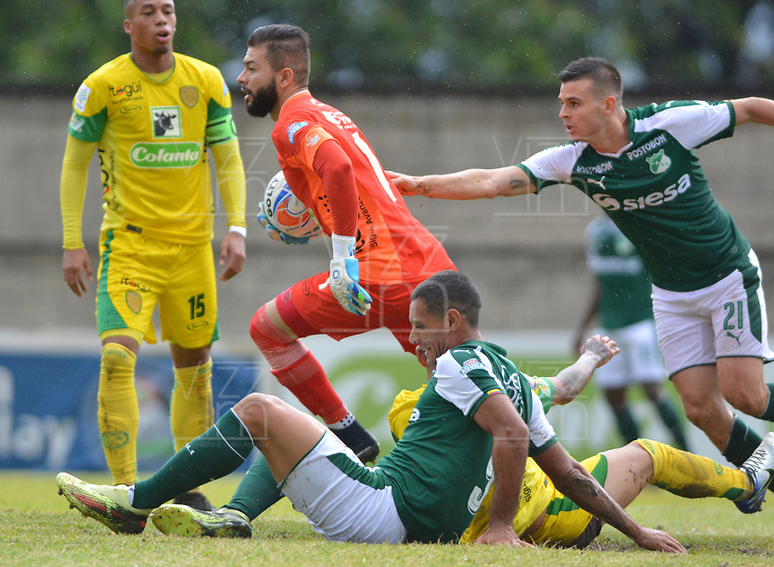 ITAGÃœÃ? - COLOMBIA, 15-09-2018: Arled Cadavid (Izq) arquero de Leones en acción durante el encuentro entre Leones FC y Deportivo Cali por la fecha 10 de la Liga Águila II 2018 jugado en el estadio Metropolitano de Itagüí. / Arled Cadavid goalkeeper of Leones in action during the match between Leones FC and Deportivo Cali for the date 10 of the Aguila League II 2018 played at Metropolitano stadium in Itagui city.  Photo: VizzorImage / Leon Monsalve / Cont