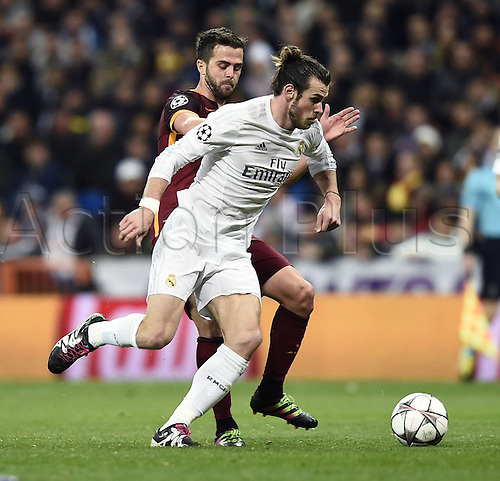 08.03.2016 Estadio Santiago Bernabeu, Madrid, Spain. UEFA Champions League Real Madrid CF versus AS Roma. Last 16 second leg match in Madrid.  Gareth Bale gets away from the attention of Miralem Pjanic