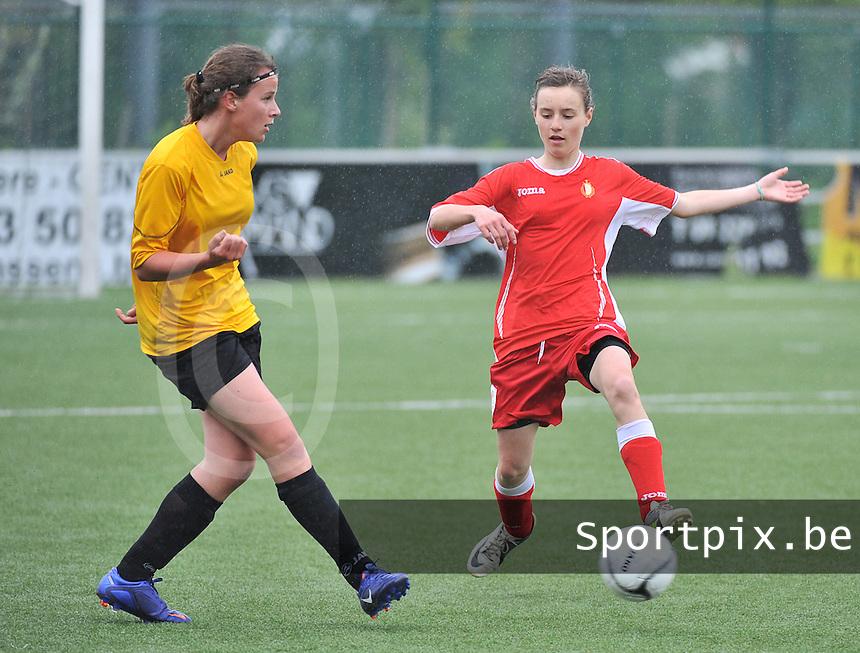 Lierse U16 - Standard de Liege U16 : Heleen De Schrijver (links) en Pauline Taquet (r).foto DAVID CATRY / Nikonpro.be