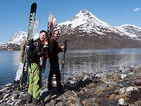 Menn på vei innover Isfjorden for en sen vårtur på ski. Skalsatind med oppstinging til Øksfjordjøkelen i bakgrunnen. ---- Men on late spring skiing trip.