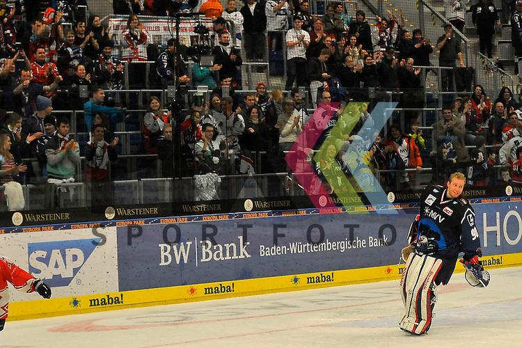 Mannheims Felix Br&uuml;ckmann (Nr.90) bedankt sich bei den Fans f&uuml;r die Unterstuetzung beim Spiel in der DEL, Adler Mannheim - Nuernberg Ice Tigers.<br /> <br /> Foto &copy; Ice-Hockey-Picture-24 *** Foto ist honorarpflichtig! *** Auf Anfrage in hoeherer Qualitaet/Aufloesung. Belegexemplar erbeten. Veroeffentlichung ausschliesslich fuer journalistisch-publizistische Zwecke. For editorial use only.