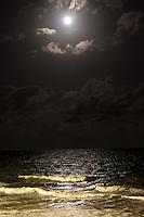 MACEIÓ, AL, 14.11.2016 – LUA-AL – Lua cheia é vista sobre a orla de Cruz das Almas, parte baixa de Maceió na noite desta segunda-feira, 14. (Foto: Alisson Frazão/Brazil Photo Press)