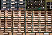 Cassettiera, cassetti ricambi in laboratorio elettrotecnico di riparazioni --- Parts drawers in an electrotechnical repair laboratory