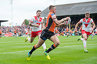 Picture by Allan McKenzie/SWpix.com - 13/05/2017 - Rugby League - Ladbrokes Challenge Cup - Castleford Tigers v St Helens - The Mend A Hose Jungle, Castleford, England - Castleford's Greg Minikin heads towards the try line to score against St Helens.