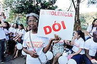 SAO PAULO,SP, 22.08.2015 - PROTESTO-SP - Cerca de 600 pessoas se reuniram para divulgar o projeto Quebrando o Silêncio, que combate a violencia contra, crianças, adolescentes, mulheres, idosos que tem o apoio do governo estadual, na Praça da Sé, no centro da cidade de São Paulo, neste sábado, 22. (Foto: Douglas Pingituro / Brazil Photo Press)