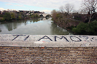 Roma. Scritte su un ponte del Tevere.<br /> A Roma decine di arresti e perquisizioni hanno dato il via a un nuovo scandalo di tangenti che ha visto coinvolti personaggi dello spettacolo, della politica e dello sport Italiani. Questo nuovo caso di corruzione va a colpire ancora di pi&ugrave; una citt&agrave; gi&agrave; ferita da una amministrazione disastrosa.<br /> Rome is increasingly falling down<br /> A toxic mix of mafia gangsters, corrupt politicians and a one-eyed former terrorist made millions in Rome by exploiting migrants and gipsies, it emerged in a scandal that has seriously shaken the capital's faith in its leaders.