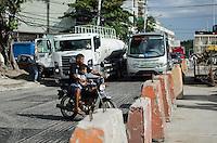 Rio de Janeiro-Rj 26/05/2014-CENA MOTO BRT -Homem transita de moto com uma crianca sem capacete nessa tarde de segunda feira , no trecho das obras da BRT na Rua Cndido Benicio Jacarepagua ,zona Oeste .Foto-Tércio Teixeira /Brazil Photo Press