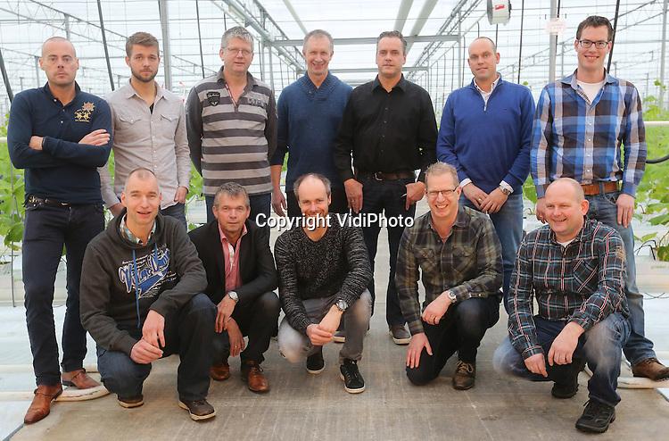 Foto: VidiPhoto<br /> <br /> OOSTERHOUT - Het nieuwe bestuur van de gewasco&ouml;peratie komkommer van LTO Glaskracht in de kas van Albert Kosdi in het Gelderse Oosterhout.