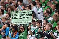 FUSSBALL   1. BUNDESLIGA   SAISON 2012/2013    33. SPIELTAG SV Werder Bremen - Eintracht Frankfurt                   11.05.2013 Fans in der Ostkurve halten ein Schild mit der Aufschrift 100% Liebe zum Verein, 100% Leidenschaft, 100% Werder, gemeinsam zum Klassenerhalt