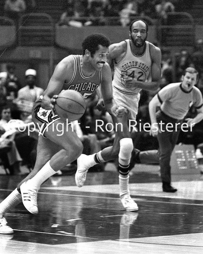 Chicago Bulls Chet Walker and Warriors Nate Thurmond,...(1973 Photo/Ron Riesterer)