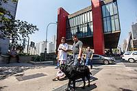 ATENCAO EDITOR: IMAGEM EMBARGADA PARA VEICULOS INTERNACIONAIS - SAO PAULO, 15 DE SETEMBRO 2012 - ELEICOES SP - SONINHA FRANCINE - A Candidata Soninha Francine (PPS) durante Cachorrata (passeata de deficientes físicos com seus cães-guia) na Av. Paulista neste sabado,15. FOTO: WILLIAM VOLCOV - BRAZIL PHOTO PRESS.