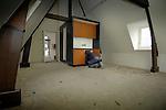LEIDEN - In Leiden worden in het voormalige Elisabeth ziekenhuis op opmerkelijke wijze studentenkamers gebouwd, met hulp van een demontabele kunststof Smartcube. Het door Holland Composites ontwikkelde woonblok is opgebouwd uit vijf composiet elementen en bestaat uit een doucheruimte met wc, waartegen een keukenblok is gemonteerd en op het dak geslapen kan worden. Het keukendoucheblok kan in elke ruimte worden aangesloten op stroom en water, zodat flexibele woonruimtes mogelijk zijn. Tijdens de renovatie in opdracht van de gemeente en SLS Wonen zullen meer ruim honderd studentenkamers door bouwaannemers Du Prie worden voorzien van deze zgn Smartcubes. COPYRIGHT TON BORSBOOM