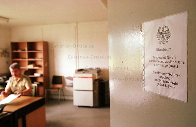 Dienstraum des Bundensamtes fuer die Anerkennung auslaendischer Fluechtlinge (BAFI) der Bundesgrenzschutzinspektion auf dem Flughafen Berlin-Schoenefeld (BGSI B-SHF).<br /> 30.6.2000, Berlin-Schoenefeld<br /> Copyright: Christian-Ditsch.de<br /> [Inhaltsveraendernde Manipulation des Fotos nur nach ausdruecklicher Genehmigung des Fotografen. Vereinbarungen ueber Abtretung von Persoenlichkeitsrechten/Model Release der abgebildeten Person/Personen liegen nicht vor. NO MODEL RELEASE! Nur fuer Redaktionelle Zwecke. Don't publish without copyright Christian-Ditsch.de, Veroeffentlichung nur mit Fotografennennung, sowie gegen Honorar, MwSt. und Beleg. Konto: I N G - D i B a, IBAN DE58500105175400192269, BIC INGDDEFFXXX, Kontakt: post@christian-ditsch.de<br /> Bei der Bearbeitung der Dateiinformationen darf die Urheberkennzeichnung in den EXIF- und  IPTC-Daten nicht entfernt werden, diese sind in digitalen Medien nach &sect;95c UrhG rechtlich gesch&uuml;tzt. Der Urhebervermerk wird gemaess &sect;13 UrhG verlangt.]