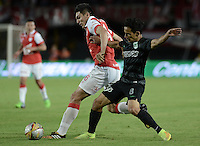 BOGOTÁ -COLOMBIA, 16-11-2014. Daniel Torres (Izq) de Independiente Santa Fe disputa el balón con Diego Alejandro Arias (Der) jugador de Atlético Nacional durante partido por la fecha 1 de los cuadrangulares finales de la Liga Postobón II 2014 jugado en el estadio Nemesio Camacho el Campín de la ciudad de Bogotá./ Daniel Torres player (L) of Independiente Santa Fe fights for the ball with Diego Alejandro Arias (R) player of Atletico Nacional during the match for the first date of the final quadrangular of the Postobon League I 2014 played at Nemesio Camacho El Campin stadium in Bogotá city. Photo: VizzorImage/ Gabriel Aponte / Staff