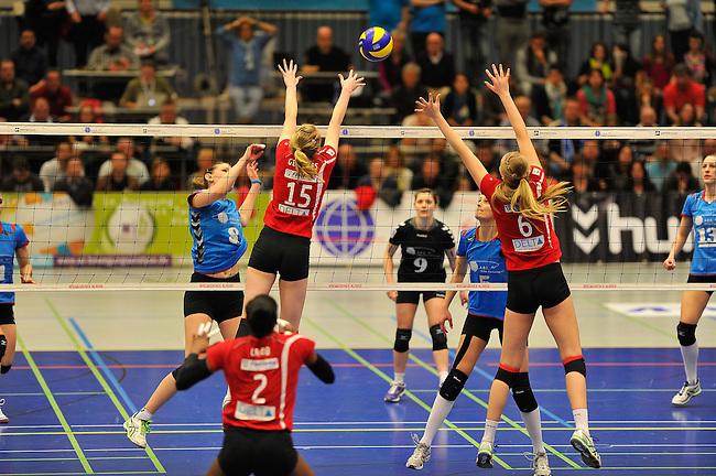 WIESBADEN, DEUTSCHLAND - MAERZ 12: 20. Spieltag in der Deutschen Volleyball Bundesliga (DVL) der Damen. Begegnung zwischen dem VC Wiesbaden (hellblau) und den Roten Raben Vilsbiburg (rot) am 12. Maerz 2014 in der Sporthalle Am 2. Ring in Wiesbaden, Deutschland. Endstand 2-3. (Photo by Dirk Markgraf / www.265-images.com) *** Local caption *** Jennifer Geerties (#15) von den Roten Raben Vilsbiburg, Celin Stohr (#6) von den Roten Raben Vilsbiburg