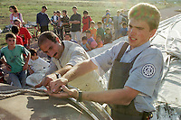 """Nach dem Erdbeben im August in der Tuerkei leben tausende Menschen in Zeltlagern und Behilfszelten.<br /> Die Hilfsorganisation """"Kinder haben Rechte"""" hat in der Ortschaft Yuvacik-Koey eine Traglufthalle aufgebaut, die fuer die Kinder als Schulhaus dienen soll, da nicht klar ist, ob und wann die Regierung ein neues Schulhaus errichtet.<br /> Hier: Felix Bierbaum (20 Jahre) von Technischen Hilfswerk (THW) aus Bietigheim-Bissingen beim Aufbau der Traglufthalle. Das THW schickte auf Anfrage des Vereins """"Kinder haben Rechte"""" unetgeldlich zwei Mitarbeiter zum Aufbau der Halle.<br /> 13.10.1999, Yuvacik-Koey/Tuerkei<br /> Copyright: Christian-Ditsch.de<br /> [Inhaltsveraendernde Manipulation des Fotos nur nach ausdruecklicher Genehmigung des Fotografen. Vereinbarungen ueber Abtretung von Persoenlichkeitsrechten/Model Release der abgebildeten Person/Personen liegen nicht vor. NO MODEL RELEASE! Nur fuer Redaktionelle Zwecke. Don't publish without copyright Christian-Ditsch.de, Veroeffentlichung nur mit Fotografennennung, sowie gegen Honorar, MwSt. und Beleg. Konto: I N G - D i B a, IBAN DE58500105175400192269, BIC INGDDEFFXXX, Kontakt: post@christian-ditsch.de<br /> Bei der Bearbeitung der Dateiinformationen darf die Urheberkennzeichnung in den EXIF- und  IPTC-Daten nicht entfernt werden, diese sind in digitalen Medien nach §95c UrhG rechtlich geschützt. Der Urhebervermerk wird gemaess §13 UrhG verlangt.]"""