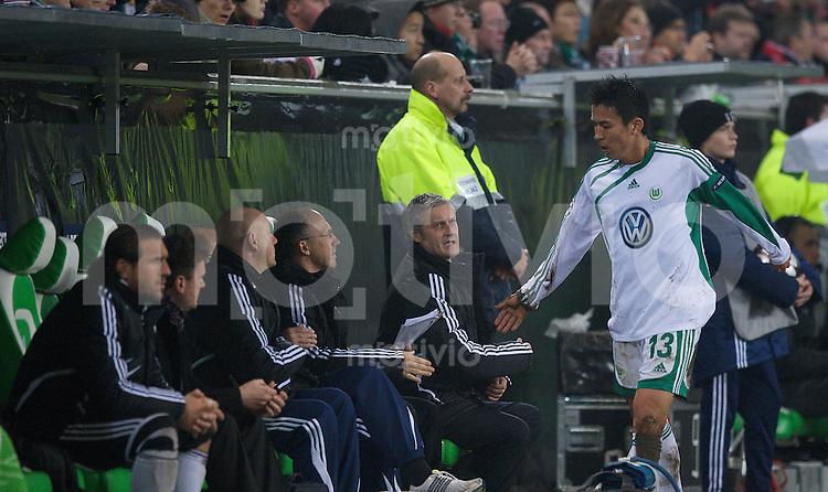Fussball Uefa Champions League VFL Wolfsburg - Manchester United FC Trainer Armin VEH (2. v.r) mit Makoto HASEBE (Wolfsburg) bei dessen Auswechslung.