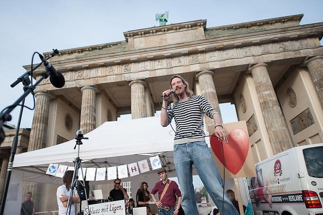 Verschiedene Verschwoerungstheoretiker und rechte Gruppen versammelten sich am Montag den 2. Juni 2014 auf dem Pariser Platz vor dem Brandenburger Tor zu einer sog. Montagsdemonstration unter dem Label &quot;Friedensbewegung 2.0&quot;. Zu der &quot;Manhwache&quot; kamen etwa 350 Menschen. In den Wochen zuvor waren es zum Teil bis zu ueber 1.000 Personen. Nach etlichen Recherchen und Artikeln ueber die Beteiligung von rechten und rechtsextremen Gruppen bis hin zur NPD nimmt die Teilnehmerzahl nun ab.<br /> Die Organisatoren der Montagsdemo-Mahnwachen sehen sich selber zwar als eine &quot;Buergerbewegung fuer den Frieden, mit demokratischer demokratischer Gesinnung&quot;, dennoch beteiligen sich u.a. Gruppen wie die natialbolschewistische &quot;Antiimperialistische Plattform Deutschland&quot; an den Veranstaltungen.<br /> Im Bild: Lars Maehrholz, Organisator der Montagsdemo-Mahnwache in Berlin.<br /> 2.6.2014, Berlin<br /> Copyright: Christian-Ditsch.de<br /> [Inhaltsveraendernde Manipulation des Fotos nur nach ausdruecklicher Genehmigung des Fotografen. Vereinbarungen ueber Abtretung von Persoenlichkeitsrechten/Model Release der abgebildeten Person/Personen liegen nicht vor. NO MODEL RELEASE! Don't publish without copyright Christian-Ditsch.de, Veroeffentlichung nur mit Fotografennennung, sowie gegen Honorar, MwSt. und Beleg. Konto:, I N G - D i B a, IBAN DE58500105175400192269, BIC INGDDEFFXXX, Kontakt: post@christian-ditsch.de]