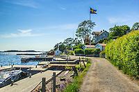 Grusväg flagga hus på Dalarö i Stockholms skärgård.