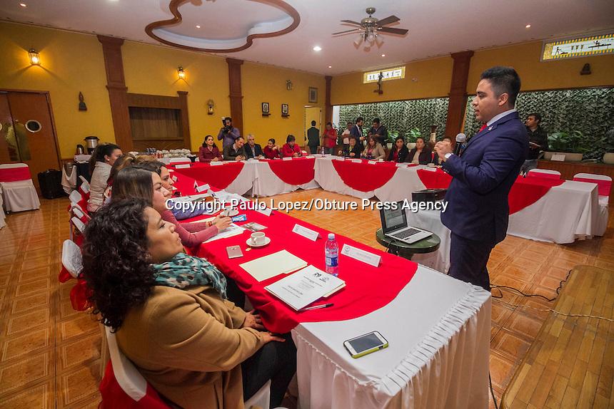 SAN JUAN DEL RIO., 30 DE ENERO DEL 2917.- FRANCISCO JAVIER CARRASCO Y DANIELA ANAIS RAMIREZ RUFINO DAN UNA CONFERENCIA A LAS REGIDORAS DE LOS DIFERENTES MUNICIPIOS DEL ESTADO, DONDE HABLABA SOBRE LA IGUAL DE GENEROS PARA QUE LAS REGIDORAS PUEDAN HACER O ADR INICIATIVAS EN SUS MUNICIPIOS.