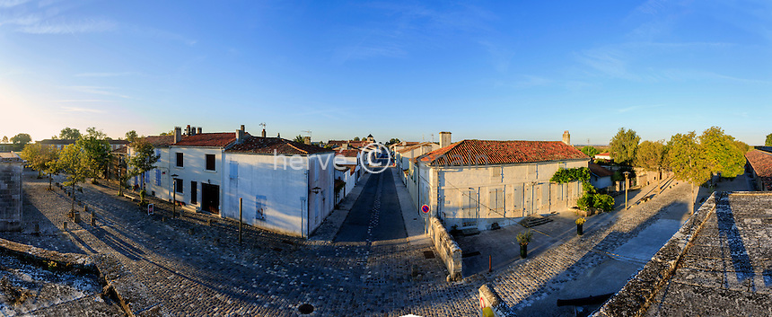 France, Charente-Maritime (17), Hiers-Brouage, citadelle de Brouage, la rue du Québec, la rue principale de la place forte // France, Charente Maritime, Hiers Brouage, Citadel of Brouage, Quebec Street (panoramic view)