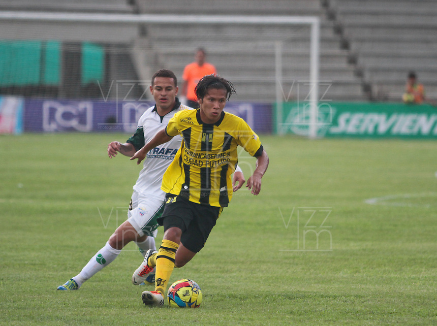 BUCARAMANGA -COLOMBIA, 04-08-2013. Jugador (I) de Alianza Petrolera disputa el balón con jugador (D) de La Equidad durante partido de la fecha 2 de la Liga Postobón II 2013 jugado en el estadio Alvaro Gomez Hurtado en FloridaBlanca./ Alianza Petrolera Player (L) fights for the ball with La Equidad player (R) during match on the 2th date of the Postobon League II 2013 at  Alvaro Gomez Hurtado  stadium in  FloridaBlanca city. Photo:VizzorImage / Jaime Moreno / STR