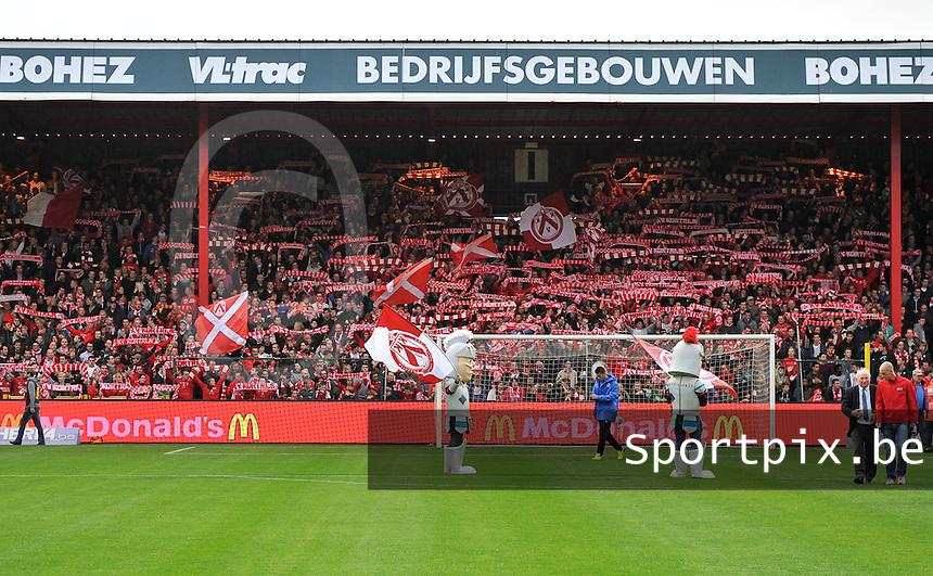 KV Kortrijk - Club Brugge KV : Kortrijksupporters voor de wedstrijd tijdens you'll never walk alone<br /> foto VDB / Bart Vandenbroucke