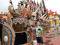 SÃO PAULO, SP, 05 DE FEVEREIRO 2013. CARNAVAL 2013 - MOVIMENTAÇÃO. Carnavaelsco da X9 PAULISTANA, Flavio Campello, ao lado do carro Abre Alas, nesta terca-feira(5), no Anhembi, zona norte da capital. FOTO: MAURICIO CAMARGO / BRAZIL PHOTO PRESS.