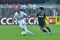 SÃO PAULO, SP, 31 DE MARÇO DE 2013 - CAMPEONATO PAULISTA - SÃO PAULO x CORINTHIANS: Carleto (e) e Romarinho (d) durante partida São Paulo x Corinthians, válida pela 16ª rodada do Campeonato Paulista de 2013, disputada no estádio do Morumbi em São Paulo. FOTO: LEVI BIANCO - BRAZIL PHOTO PRESS