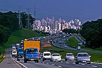 Veiculos na Rodovia dos Bandeirantes. São Paulo. 2005. Foto de Juca Martins.