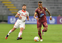 IBAGUE - COLOMBIA, 20-02-2020: Nilson Castrillon del Tolima disputa el balón con Bochilia del Internacional durante partido por la fase 3 ida de la Copa CONMEBOL Libertadores 2020 entre Deportes Tolima de Colombia y SC Internacional de Brasil jugado en el estadio Manuel Murillo Toro de la ciudad de Ibagué. / Nilson Castrillon of Tolima struggles the ball with Bochilia of Internacional during match for the phase 3 first leg as part of Copa CONMEBOL Libertadores 2020 between Deportes Tolima of Colombia and SC Internacional of Brazil played at Manuel Murillo Toro stadium in Ibague. Photo: VizzorImage / Cristian Alvarez / Cont