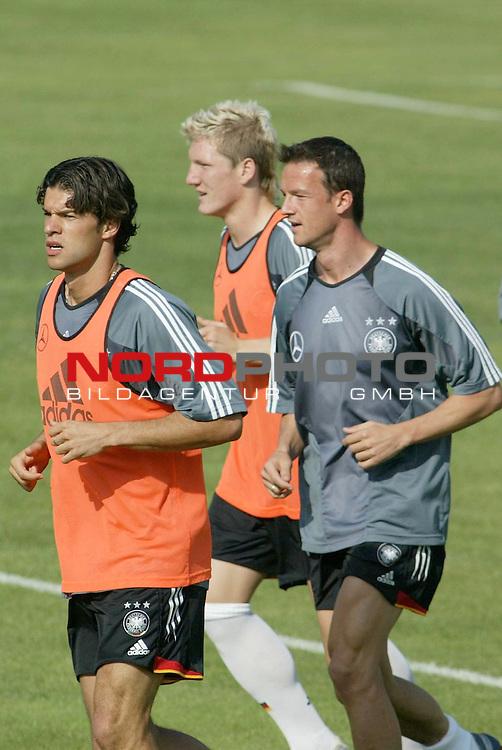 Europameisterschaft 2004 Portugal<br /> <br /> Training Deutschland <br /> <br /> Michael Ballack, Bastian Schweinsteiger und Fredi Bobic<br /> <br /> Foto &copy; nordphoto<br /> <br /> <br /> <br /> <br /> <br /> <br /> <br />  *** Local Caption *** Foto ist honorarpflichtig! zzgl. gesetzl. MwSt.<br /> <br />  Belegexemplar erforderlich<br /> <br /> Adresse: nordphoto<br /> <br /> Georg-Reinke-Strasse 1<br /> <br /> 49377 Vechta<br /> <br /> Telefon: 04441-89400 / Fax: 04441-894022