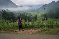 September 19, 2014 - Yen Minh (Vietnam). A grandmother carries her grandaughter in a village outside Yen Minh. © Thomas Cristofoletti / Ruom