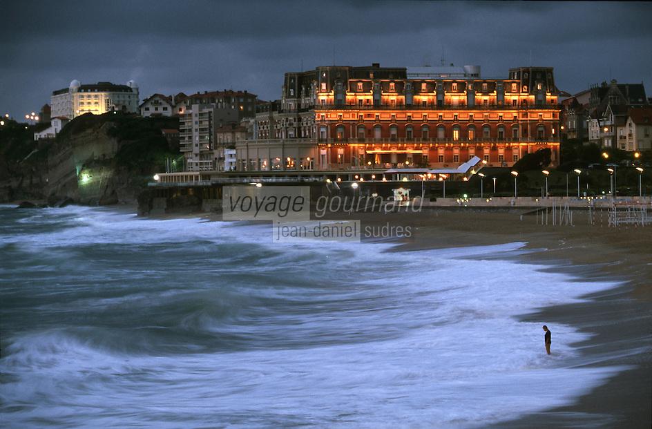 Europe/France/Aquitaine/64/Pyrénées-Atlantiques/Biarritz: Le front de mer la nuit et l'Hotel du Palai