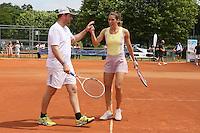 Andrea Petkovic klatscht mit ihrem Mixed-Partner ab auf dem Centre Court der Anlage des TEC Darmstadt beim Dumusstkämpfen-Charity Turnier zu Gedenken an Johnny Heimes