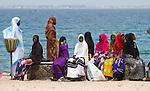Africa, Afrika, Senegal, 17-09-2011, Dakar, Dakkar, Voor de kust van Dakar ligt het voormalige slaveneiland Isle de Goré. ( Goeree, uit het Nederlands) Tijdens de slavenhandel geregeerd door Nederlanders, en later over genomen door de Fransen.. Ook dit eiland staat op de UNESCO wereld erfgoed lijst. vrouwen in kleurrijke gewaden wachten op het pontje naar Dakar.. foto: michael Kooren/HH