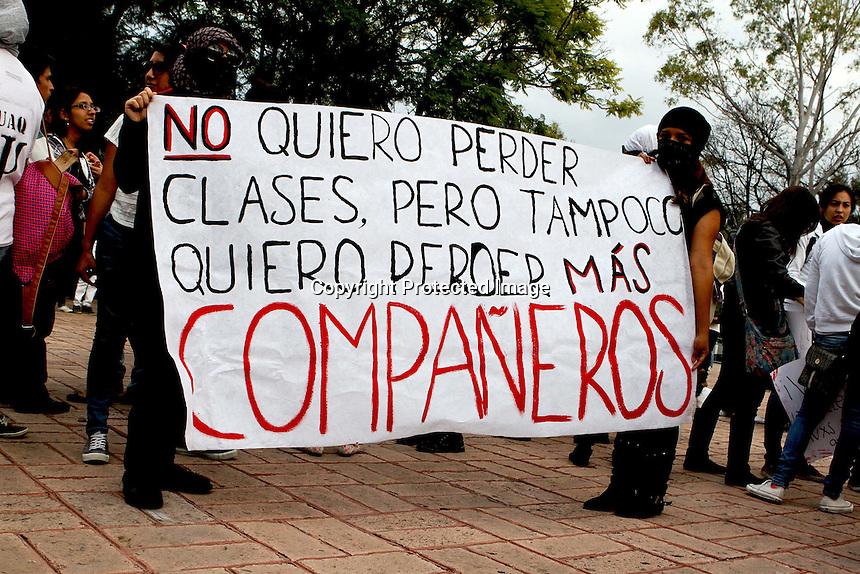 Quer&eacute;taro, Qro. 10 de Noviembre de 2014.- La asociaci&oacute;n civil Desaparecidos AC realiz&oacute; una marcha que parti&oacute; de la explanada de la rector&iacute;a de la UAQ (Universidad Aut&oacute;noma de Quer&eacute;taro). A esta se unieron estudiantes universitarios que clamaron por la aparici&oacute;n de los estudiantes normalistas de Ayotzinapa.<br /> <br /> Foto: Especial Obture