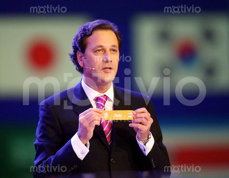 Fussball International WM Auslosung FIFA Medien Direktor Markus Siegler mit dem Los von italien in Gruppe E