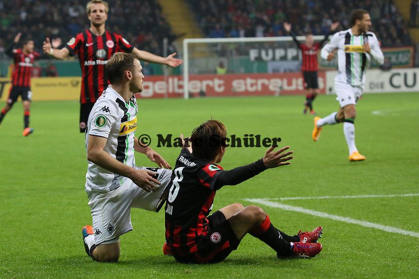 Tony Jantschke (Gladbach) springt Takashi Inui (Eintracht) um und dieser regt sich auf - Eintracht Frankfurt vs. Borussia Mönchengladbach, DFB-Pokal 2. Runde, Commerzbank Arena
