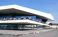 Nederland Amsterdam 2015 08 13. Het EYE Film Instituut Nederland is een centrum in Amsterdam gewijd aan cinematografie. Terras aan het water