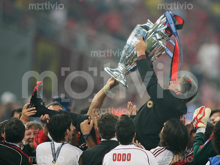 Fussball CHL Finale AC Mailand 2-1 FC Liverpool JUBEL AC ; Trainer Carlo Ancelotti wird auf Haende getragen; mit Champions League Pokal
